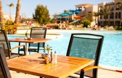 piscine en bois de dessus de table avec le fond brouillé - peut être employé pour le montage image stock