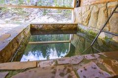 Piscine en pierre dehors pour se refroidir après bain en hiver photos libres de droits