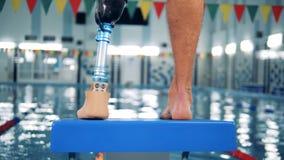 Piscine et un mâle avec une position robotique de jambe banque de vidéos