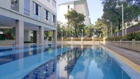 Piscine extérieure Résidence avec la piscine images libres de droits