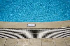 Piscine extérieure sans le signe de plongée Image stock