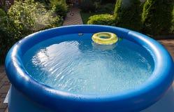 Piscine gonflable bleue extérieure avec de l'eau Photographie stock
