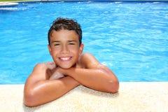 Piscine heureuse de vacances d'adolescent de garçon Images libres de droits