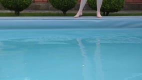 Piscine nette passant la surface de l'eau banque de vidéos