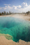 Piscine noire en bassin occidental de geyser de pouce Photos stock