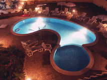 Piscine par nuit images stock