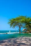 Piscine près de la plage à la station de vacances de première qualité Images stock