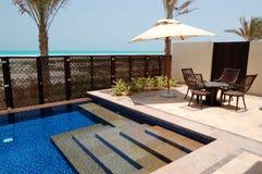 Piscine près de la plage de l'hôtel de luxe photo libre de droits