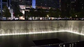Piscine se reflétante chez nouveau Yorks 9/11 mémorial chez Ground Zero banque de vidéos