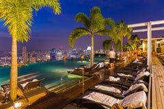 Piscine sur l'horizon de toit et de ville de Singapour Photos libres de droits