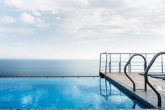 Piscine sur le toit de la maison donnant sur la mer Concept de luxe et de loisirs images stock