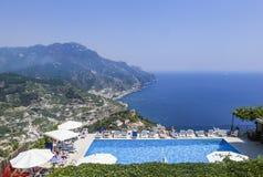 Piscine sur le village de Ravello de côte d'Amalfi Image libre de droits