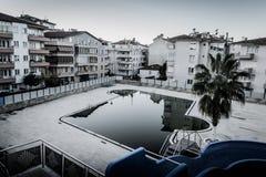Piscine vide dans la ville de Cinarcik - Turquie Photos libres de droits