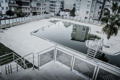 Piscine vide dans la ville de Cinarcik - Turquie Images libres de droits