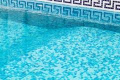 Piscine vide, l'eau bleue, fond photos libres de droits