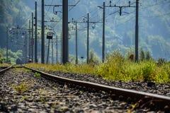 Piscines de chemin de fer et d'électricité sur une vieille station de train images libres de droits