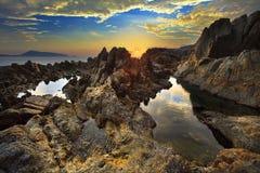 Piscines de marée au lever de soleil en plage de kalim Photos libres de droits