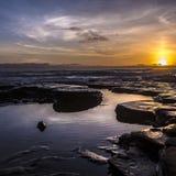 Piscines de marée avec un coucher du soleil dramatique à San Diego photographie stock