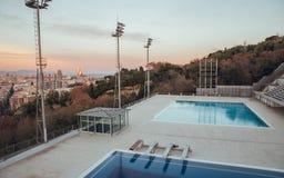 Piscines olympiques à Barcelone au coucher du soleil photos libres de droits