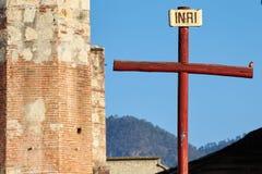 Pisco de peito vermelho empoleirado em uma cruz foto de stock royalty free