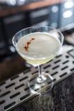 Pisco della bevanda del cocktail acido a barcounter in night-club o in ristorante immagine stock
