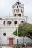 PISCO PERU - APRIL 18, 2013: Förstör kyrkan i Pisco efter jordskalv Folk som spelar schack i bakgrund royaltyfri bild