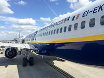 PISE, ITALIE - 4 MAI 2015 : Les passagers descendent d'avion l'airpla de jet de Ryanair Image libre de droits