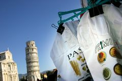 Pise, la tour penchée et les pâtes italiennes font cuire des capuchons Images libres de droits
