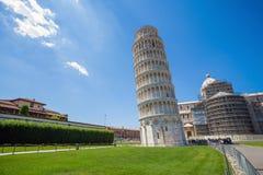 Pise, Piazza del Duomo, avec la tour penchée de basilique Images stock
