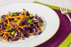 Piselli alimento verdi sani, zucca e cavolo rosso Immagine Stock