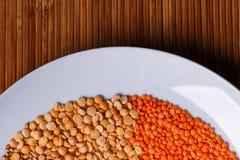 Piselli e lenticchie in un primo piano bianco del piatto Fotografia Stock Libera da Diritti