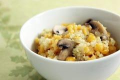 Piselli e quinoa spaccati di giallo con i funghi Immagine Stock Libera da Diritti