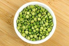 Piselli secchi rotti verdi in ciotola Fotografie Stock