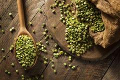 Piselli secchi rotti verdi organici crudi Fotografia Stock