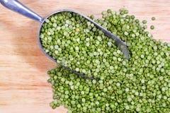 Piselli spaccati di verde in paletta immagine stock