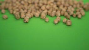 Piselli sparsi su un fondo verde Fotografie Stock Libere da Diritti