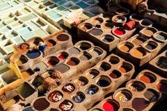 Piska att dö i en traditionell garveri i Fes, Marocko Royaltyfria Bilder