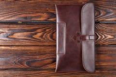 Piska plånboknärbilden på en brun trätabell Fotografering för Bildbyråer