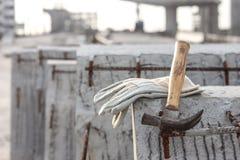 Piska säkerhetshandskar och bulta på lodisar för funktionsduglig plats för konstruktion arkivfoto