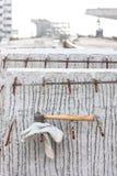 Piska säkerhetshandskar och bulta på lodisar för funktionsduglig plats för konstruktion fotografering för bildbyråer