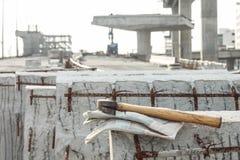 Piska säkerhetshandskar och bulta på lodisar för funktionsduglig plats för konstruktion royaltyfri bild