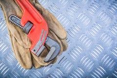 Piska skiftnyckeln för säkerhetshandskeröret på kanaliserad const för metallplatta arkivbild