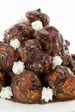 piskade chokladpralinprofiteroles royaltyfri fotografi