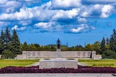 Piskarevsky herdenkingsbegraafplaats, Heilige Petersburg, Rusland - Augustus royalty-vrije stock fotografie