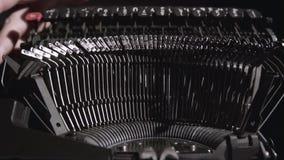 Pismo pisarz na maszyna do pisania pisze scenopisie dla filmu zdjęcie wideo