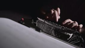 Pismo pisarz na maszyna do pisania pisze scenopisie dla filmu zbiory wideo