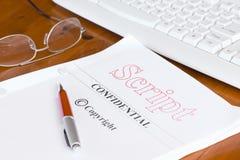 Pismo scenopis na biurku z piórem fotografia stock