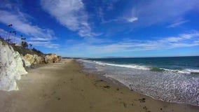Pismostrand Californië - Klippen en Oceaantl stock footage