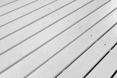 Piso al aire libre de madera blanco del patio, blanco de madera áspero texturizado detrás fotos de archivo libres de regalías