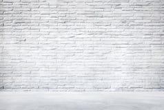 Piso blanco de la pared de ladrillo y del cemento foto de archivo